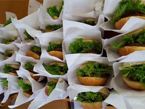 御殿場リーフレタスたっぷり使用新鮮しゃきしゃきハンバーガー